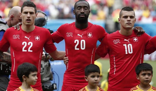 Die Schweizer Nati beim (Nicht-)Singen der Nationalhymne. Im Bild: Schär, Djourou und Xhaka. (v.l.n.r)
